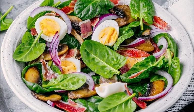 Lunch Bowl mit Spinat, Pilzen, Ei und roten Zwiebeln: Die Bowl liefert Vitamin B12 und Eisen.