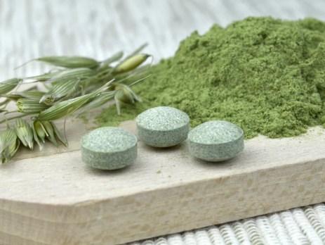 Chlorella Algen auf einem Brettchen: frisch, getrocknet und Tabletten. Die Algen liefern vitaminwirksames B12, keine B12-Analoga wie viele andere Algenarten.