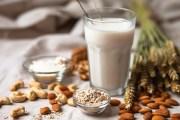 Beliebte Mandelmilch-Rezepte: Pflanzenmilch einfach selbst machen