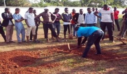 Grave diggers at work preparatory to late Abubakar Audu's interment  in his country home in Ogbonicha-Alloma, Ofu LGA, Kogi State.