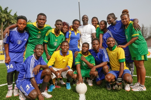 Akon joined Nigerian student football teams for reveal of new Shell pitch
