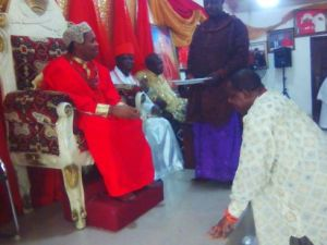 Olorogun Moses Taiga receiving blessing from king of Oghara HRM Noble Eshemitan