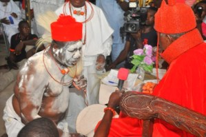 Chief Edore  Agba receiving chieftaincy blessing from HRM Ohworode of Olomu