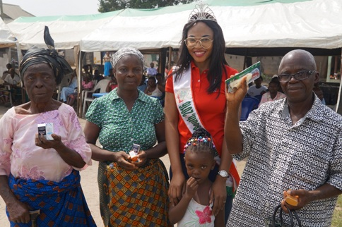 Queen Juliet Okoroafor (Miss Health South South) with his spme of the beneficiaries of her pet  project