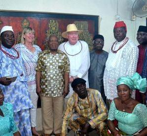 Olorogun Vincent Ahwi (Osu IV) Sou R'Urhobo, Lagos (third from left); Foss' assistant, Mary Mclaughli; Prof. J.P. Clark; Prof. Perkins Foss and Dr. Bruce Onobrakpeya, with members of Atamu Urhobo Social Club during the presentation… in Lagos