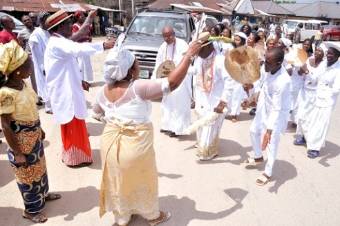 Urhobo Leader, Chief Barovbe And Friends Storm  Orhoakpor For His  In-Law, Late Chief Owumi Okereka's Burial  (PHOTOS)