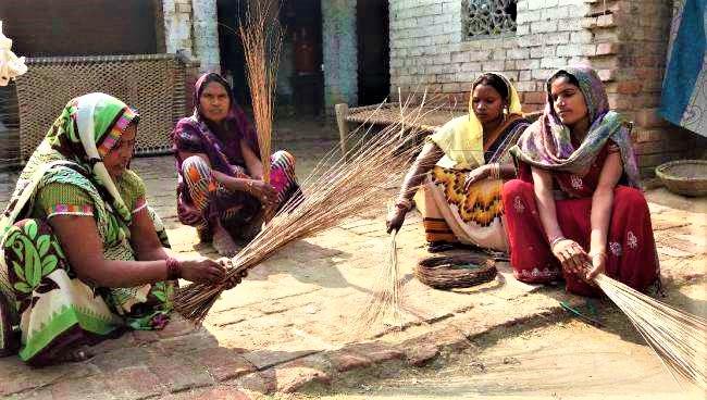 madhya pradesh women becoming Aatmanirbhar by making broom