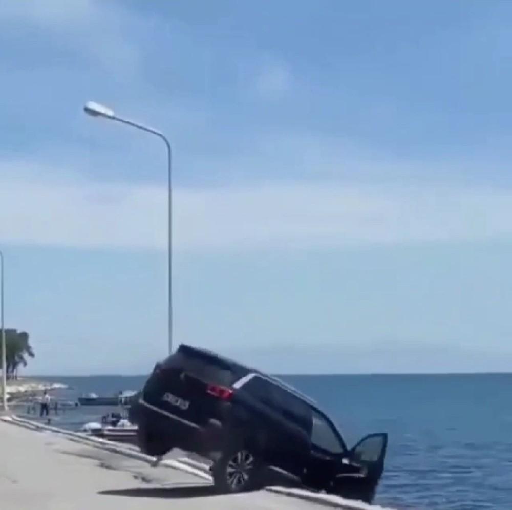 lüks Aracı Denize Attı