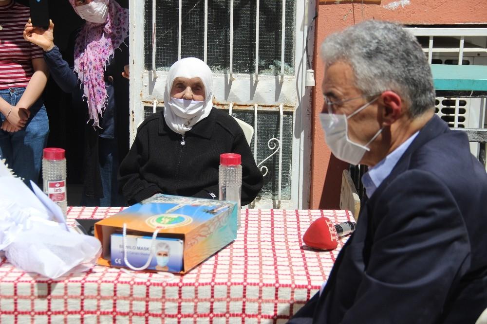 Vali Ayyıldız, 106 Yaşındaki Fadime Ninenin Anneler Gününü Kutladı