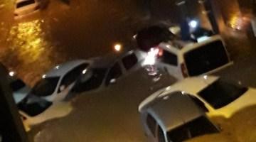 İzmir'i Sağanak Vurdu: Araçlar Sürüklendi, Birçok Evi Su Bastı