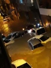 İzmiri Sağanak Vurdu: Araçlar Sürüklendi, Birçok Evi Su Bastı