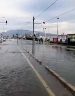 İzmirde Fırtınada Tekneler Battı, Ağaçlar Devrildi