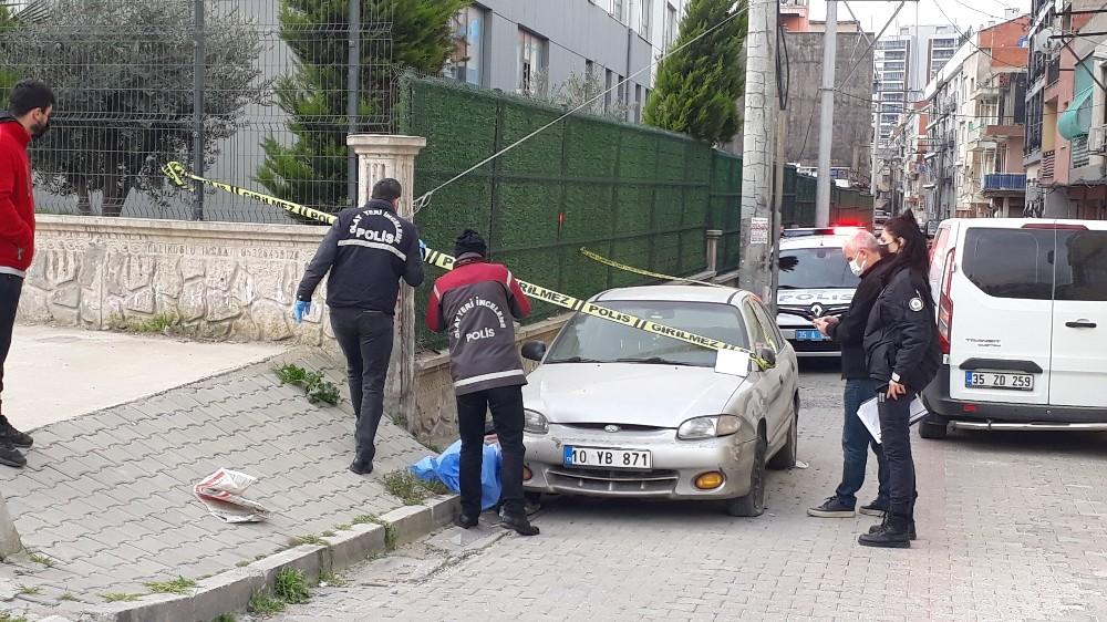İzmir'de Kaldırımda Bir Kişinin Cansız Bedeni Bulundu