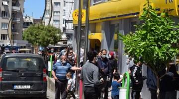 PTT şubesi önünde uzun kuyruk
