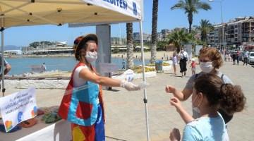 Başkan Günel, Kuşadasında Çocuklara Özel Maske Ve Hediye Dağıttı