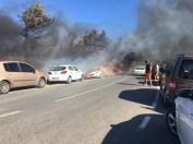 İzmirde Yangın Dehşeti: Otluk Alanda Çıkan Yangında Onlarca Araç Alev Alev Yandı