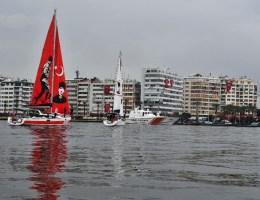 İzmir Körfezindeki Teknelerden Cumhuriyet Selamı