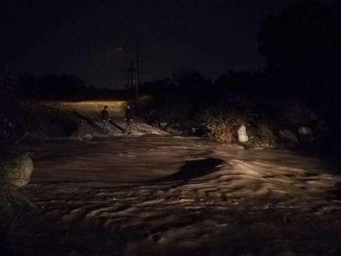 İzmirde Hafif Ticari Araç Sel Sularına Kapıldı: 5 Kişiden 2Si Kayıp