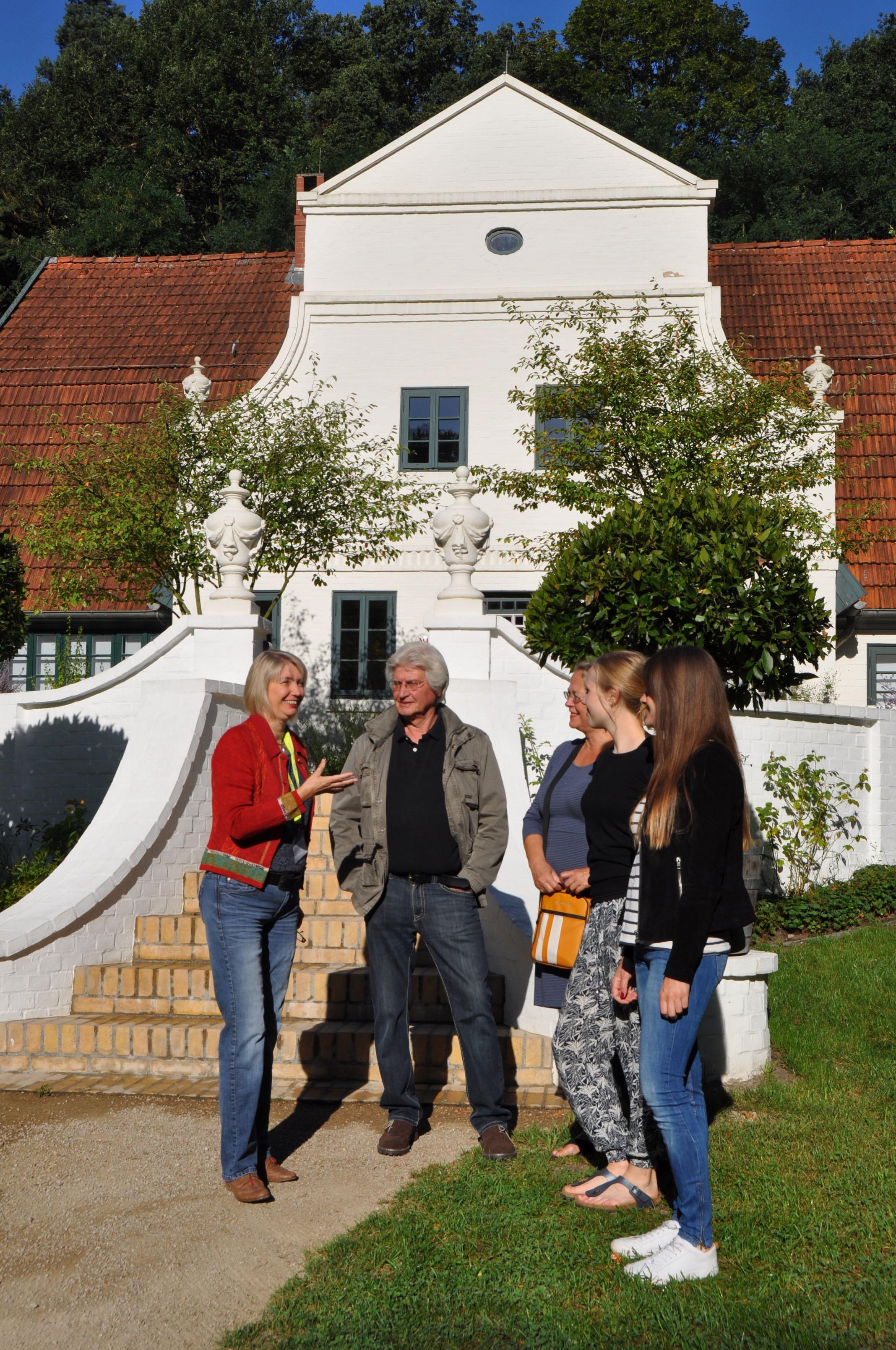 Gästeführerin Daniela Platz, Urenkelin des berühmten Worpsweder Künstlerpaares Martha und Heinrich Vogeler, vor dem Museum Barkenhoff.