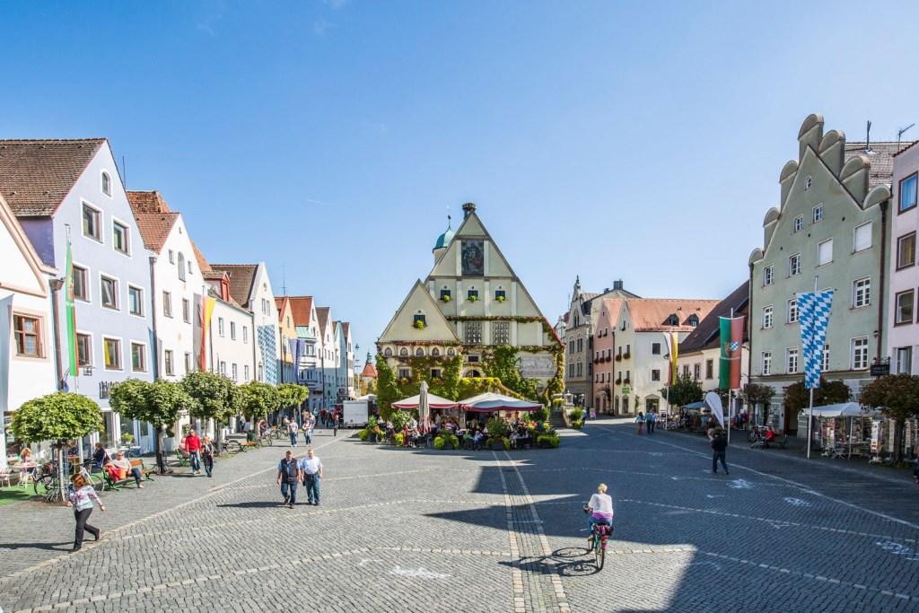 Farbenfroh gruppieren sich die Renaissance-Gebäude entlang des Marktplatzes von Weiden.