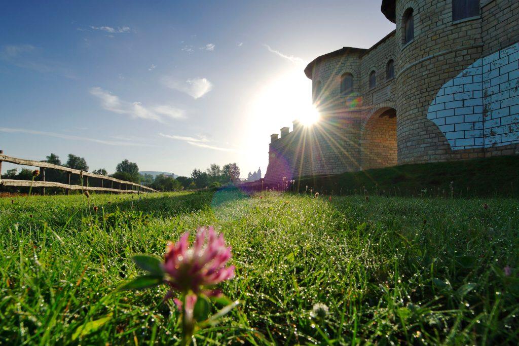 Zu den wichtigsten Sehenswürdigkeiten der Stadt gehört das Römerkastell Biriciana.