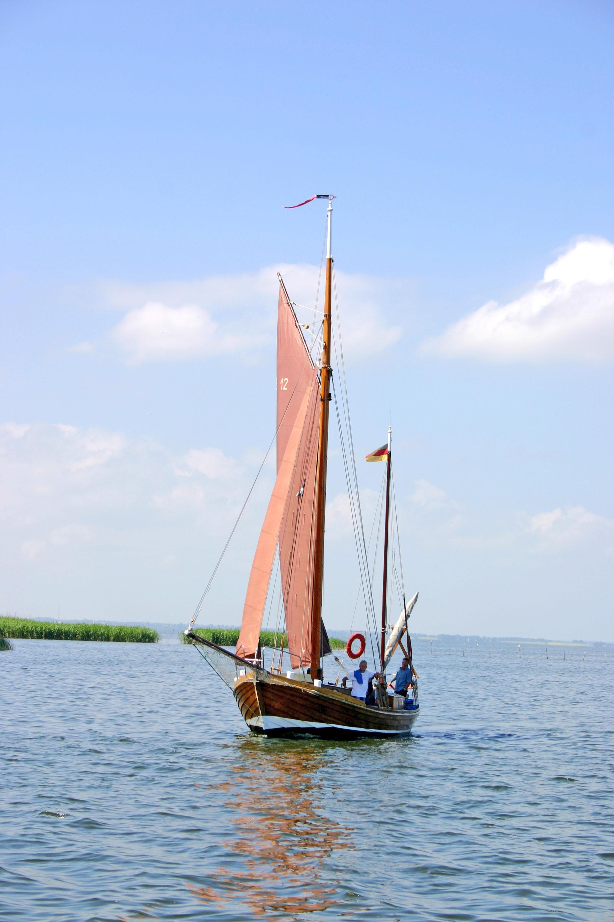 Die historischen Zeesenboote sind die Wahrzeichen des Haffs.