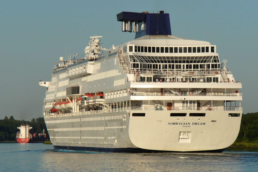 Großen Schiffen können Radfahrer auf der NOK-Route am Nord-Ostsee-Kanal von Brunsbüttel im Westen bis nach Kiel im Osten folgen - Eckernförde