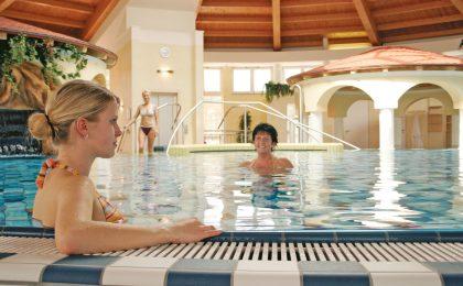 In Bad Hersfeld können Urlauber im warmen Wasser der Therme eintauchen und wohltuende Massagen, Bäder und Kosmetikanwendungen genießen.