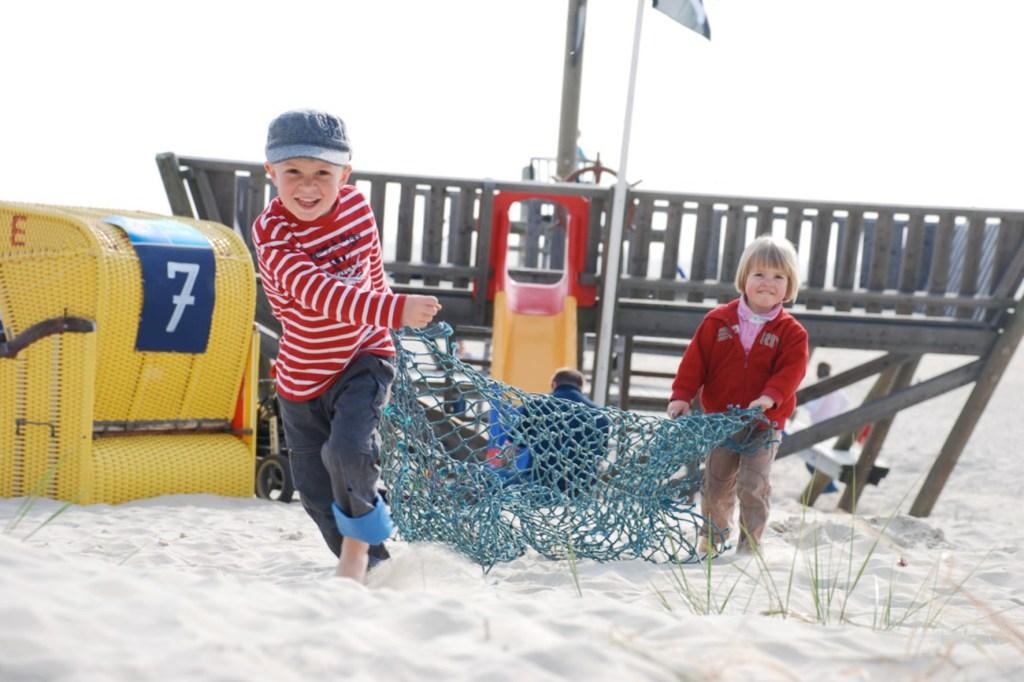 Immer Action am Strand: Vor allem für Familien mit Kindern ist Amrum auch im Herbst ein attraktives Reiseziel für einen Kurzurlaub.
