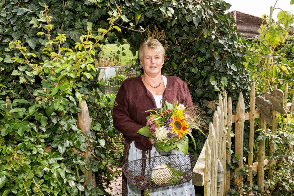 Gerlinde Berger vermittelt bei Führungen durch ihren Bauerngarten viel Wissenswertes über die Schätze der Natur.