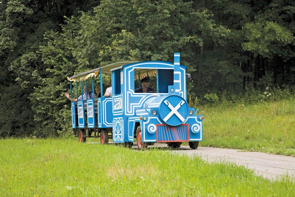 Die blau-weiße Bockerlbahn bummelt von Mai bis September gemütlich durch die Saußbachklamm - Waldkirchen