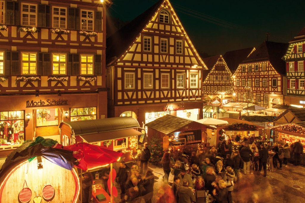 Rund um den im Lichterglanz erstrahlenden historischen Marktplatz mit seinen zahlreichen Fachwerkgebäuden lädt der Weihnachtsmarkt in die baden-württembergische Hermann-Hesse-Stadt Calw ein.