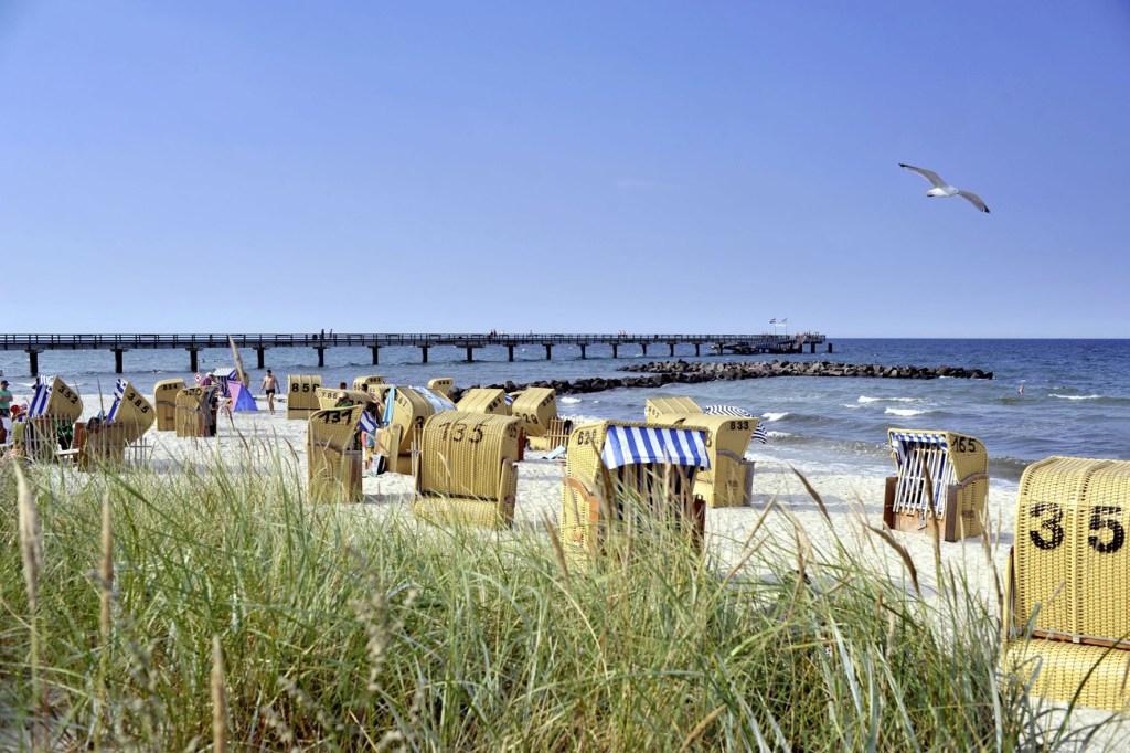 Die Seebrücke am Schönberger Strand zeigt wie ein ausgestreckter Finger 260 Meter auf die Ostsee hinaus.