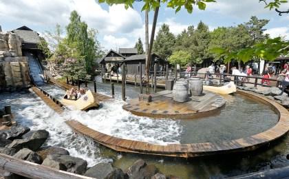 Ferienvergnügen für die ganze Familie: Eine rasante Fahrt in der Lego Canoe Wildwasserbahn im Legoland Billund macht allen Spaß.