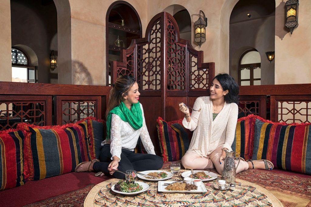 Gastfreundschaft wird in Oman großgeschrieben. Orientalische Spezialitäten, die Vielfalt der Gewürze und der hier gewonnene Weihrauch entführen in 1001 Nacht - Der Geschmack des Orients