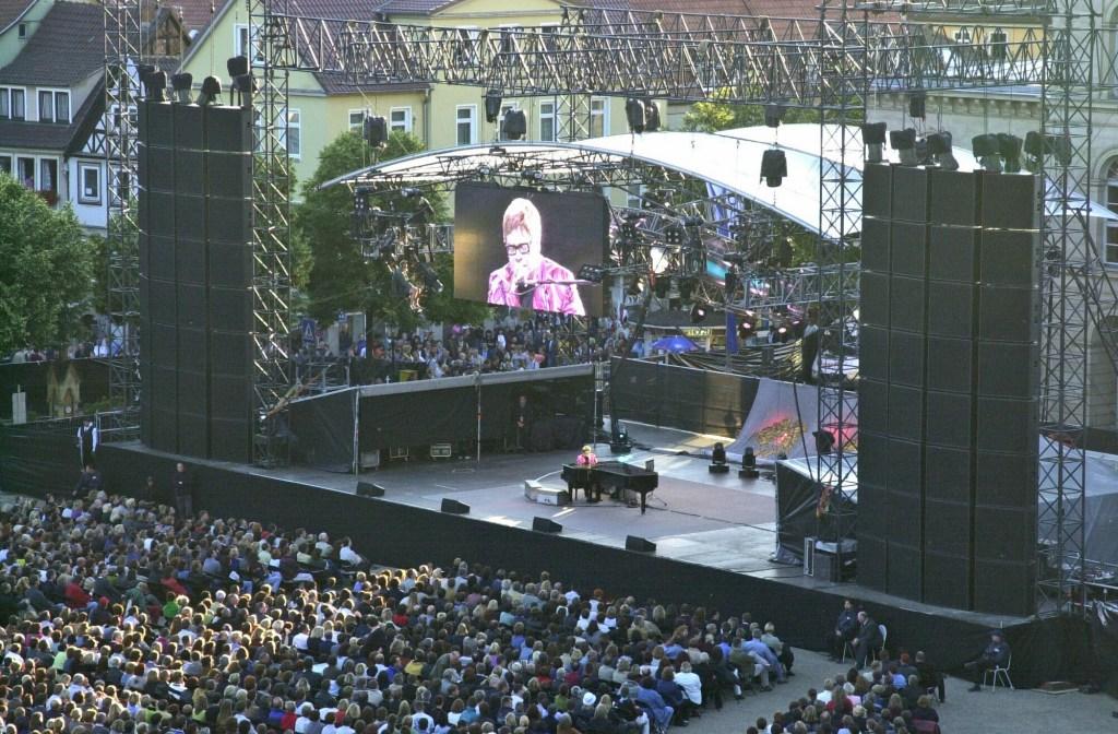 Auch Elton John gab sich bereits auf dem Schlossplatz in Coburg bei einem Open-Air-Konzert die Ehre.