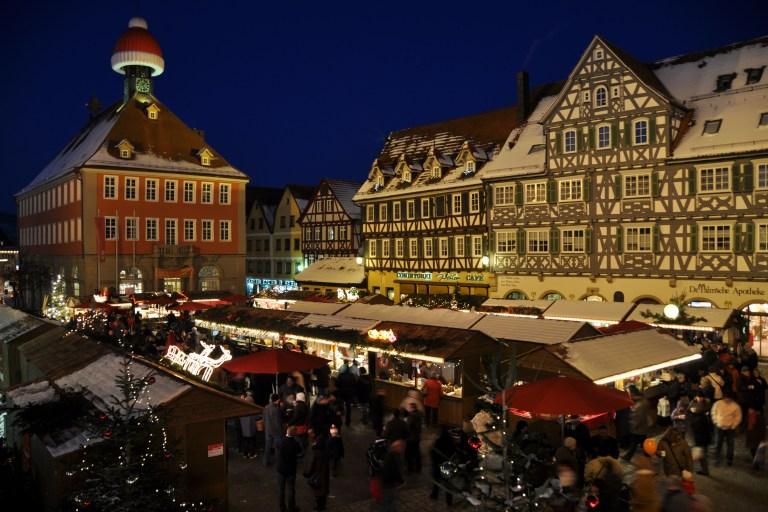 Weihnachtsmarkt in der historischen Fachwerkstadt Schorndorf in Baden-Württemberg.