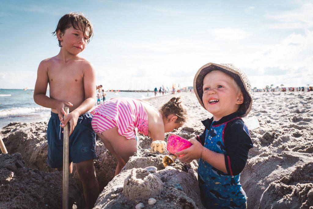 Eltern können im Strandkorb relaxen, während die Kleinen eifrig damit beschäftigt sind, eine Sandburg zu bauen.