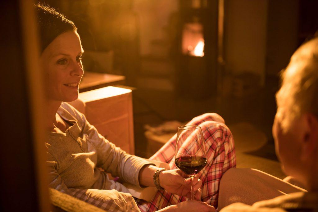 Eine romantische Auszeit zu zweit am Kaminfeuer tut Leib und Seele gut.