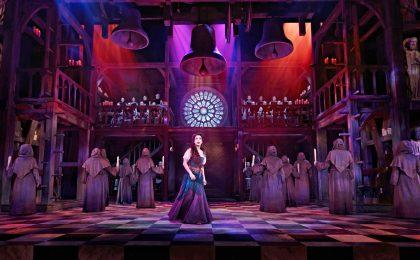 """Aufwendige Bühnenspektakel wie """"Der Glöckner von Notre Dame"""" sind oft der Grund für eine Städtereise."""