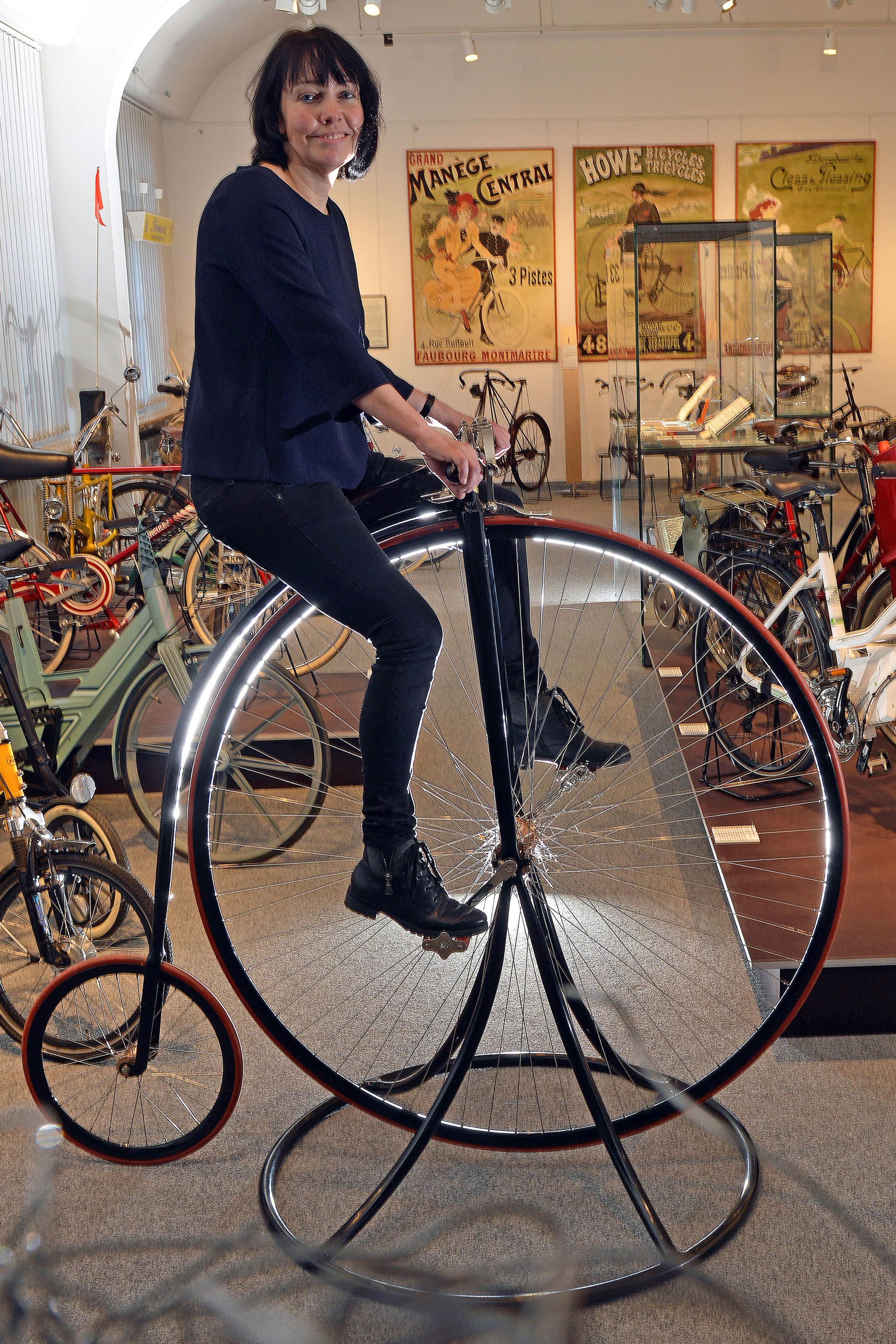 Ausprobieren erwünscht. Auf dem Nachbau eines Hochrads können die Ausstellungbesucher das Gefühl erleben, so weit oben zu sitzen und in die Pedale zu treten.