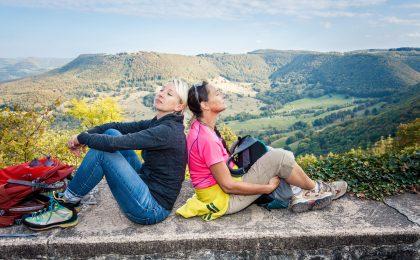 Zwei junge Frauen machen Rast bei einer Wanderung auf der schwäbischen Alb