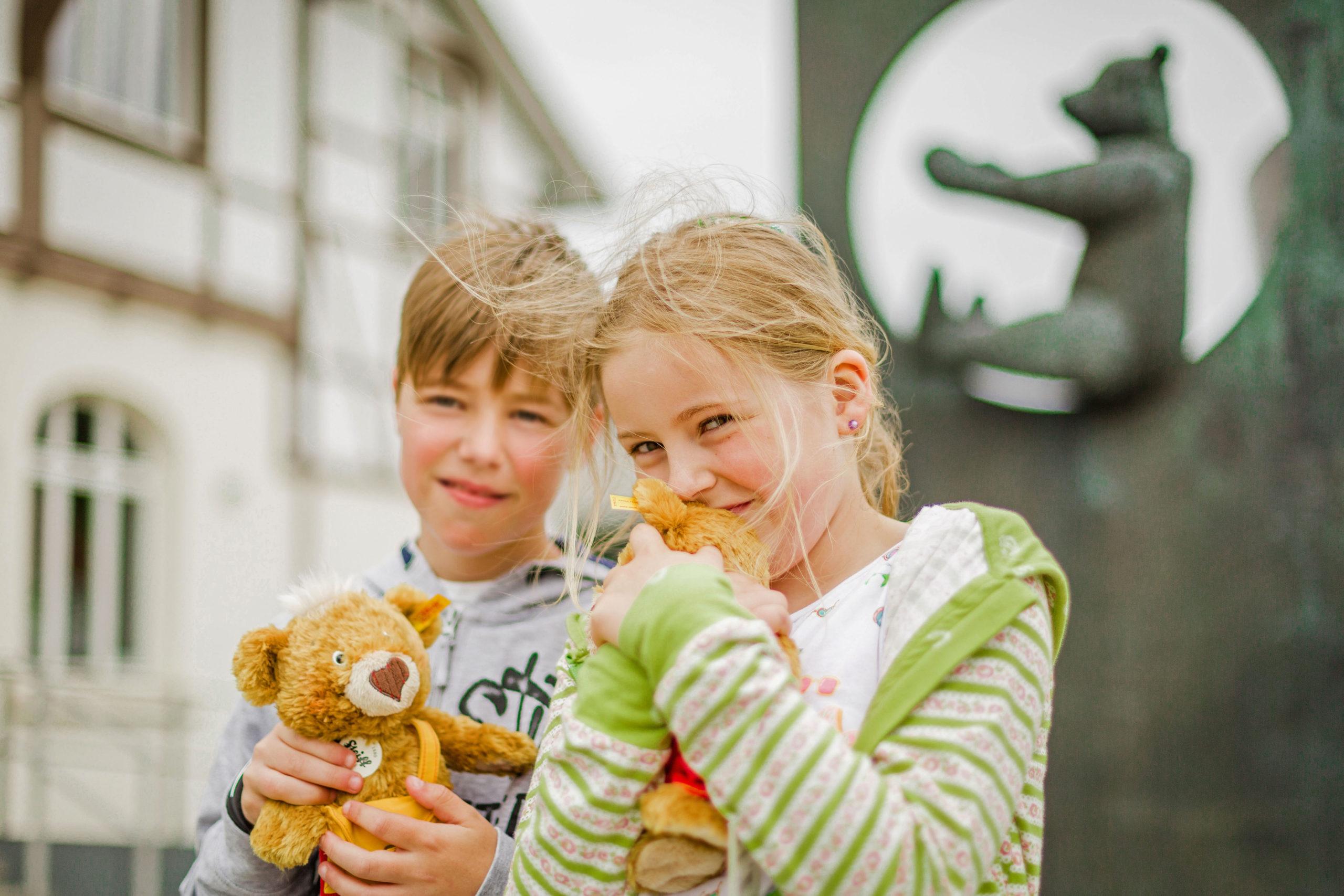 Kinder mit Teddys - Giengen an der Brenz - Magische Höhlenwelten und Entdeckungen