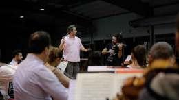 Sacha Goetzel, Nemanja Radulovic und das Borusan Istanbul Philharmonic Orchestra