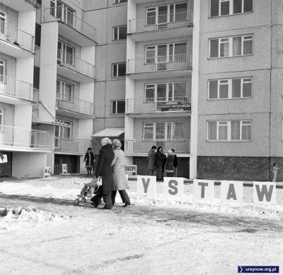 Puszczyka 5, pierwszy zasiedlany ursynowski blok. W nim wysatwa pięknych rozwiązań mieszkaniowych i biuro meldunkowe. Rok 1977. Fot. Włodzimierz Witaszewski.
