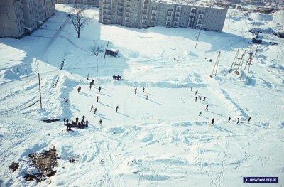 Pierwsze prawdziwe osiedlowe lodowisko przy Nutki. Wały wyznaczające obramowanie zostały do dziś! Fot. Włodzimierz Witaszewski