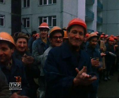 Gorące przywitanie Edwarda Gierka na ulicy Puszczyka. 13 stycznia 1977. Kadr z relacji TVP.