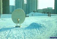 Zima na górce przy Wiolinowej, na pierwszym planie rzeźba Pawia. A na drugim - niebieska taksówka 125p. Fot. Włodzimierz Witaszewski.