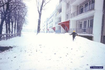 Mały człowiek w biegu przy Wiolinowej 13 obwieszcza: ratuj się, nadciąga zima stulecia! Fot. Włodzimierz Witaszewski.