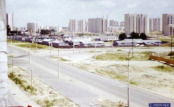 Ulica Nugat (dziś Gandhi) na skrzyżowaniu z Dereniową. Na razie wybudowano tylko jeden pas. W miejscu przyszłego kościoła Św. Tomasza rozłożona jest baza budowlana. Nad. Stefan Sosnowski